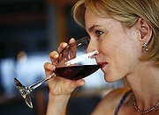 Having a drink each day might help lower a middle-aged person's odds for heart failure